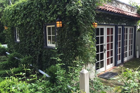Charming Claremont Village Cottage - 기타