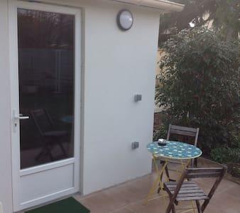 studio indépendant dans un jardin - Apartmen