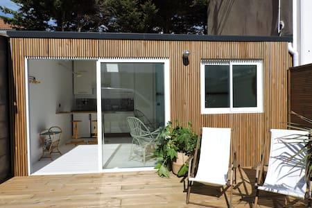 Studio avec terrasse proche plage et centre - Dom