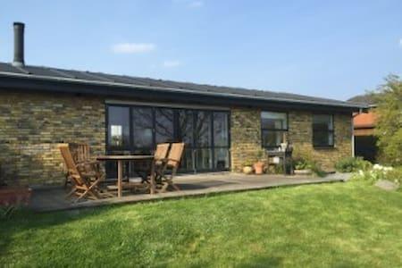 Familievenligt hus med lys og luft - Rumah