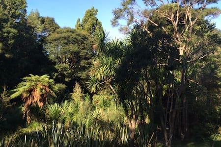 Titirangi Bush Paradise Home - Huis
