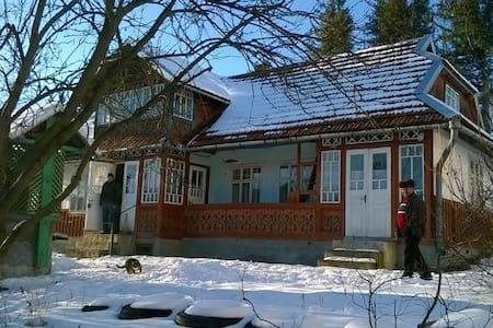 Uglück Haus - House