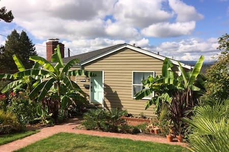 Coastal Garden Cottage With A View - Bremerton - House