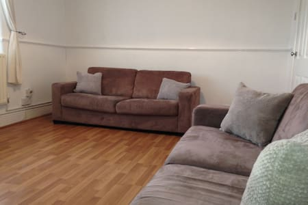 Spacious 2 bed apt in fab location - Pis