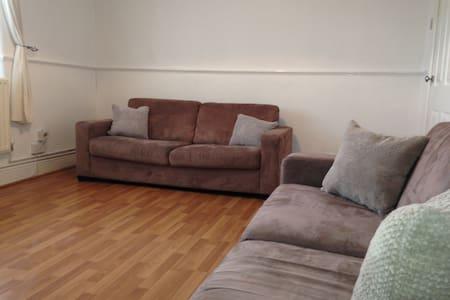 Spacious 2 bed apt in fab location - Apartment