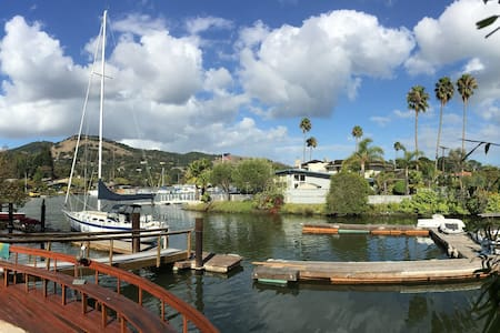 Calm Harbor Room with hot tub and full breakfast - San Rafael - Bed & Breakfast