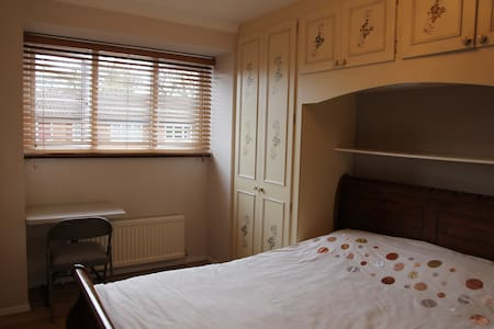 Double room with Wi-Fi, TV - Londres - Casa