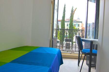Habitación 2 balcón Pza Santa Ana - Madrid - Apartment
