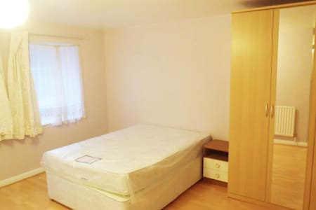 Beautiful Room next to Hounslow TubeStation - Apartamento