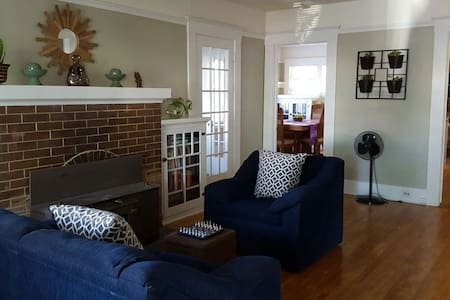 Vintage Bungalow in the Heart of Tower District - Fresno - House