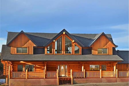Canadian Log Home - 2 Queen Bedrooms available - Dům
