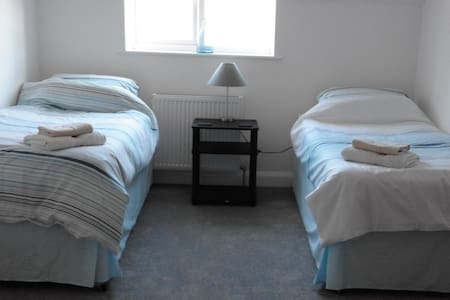 Twin room in a spacious modern home. - Angmering - Rumah