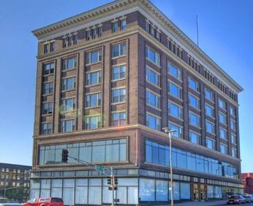 Private Huge Bedroom in heart of Downtown, Omaha - Omaha - Apartment