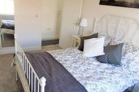 Newly Refurbished, Second Floor, One Bed Flat - Warley - Huoneisto