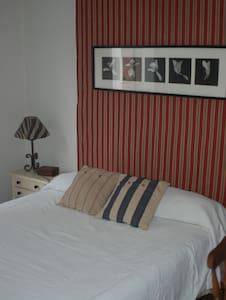 Habitación luminosa con cama doble - Mijares