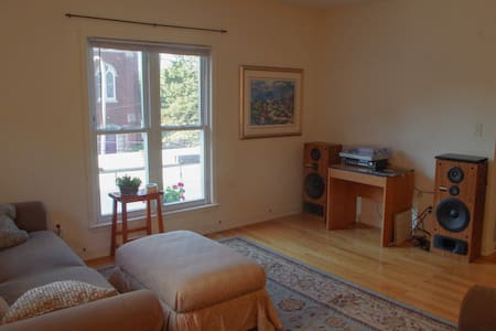 Private Room in Downtown Elgin - Apartamento