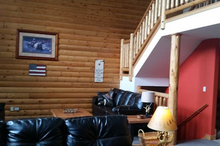 Our Cabin By The Rock - North Utica - Stuga
