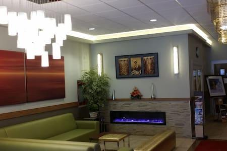 Howard Johnson Hotel Edmonton West - Huoneisto