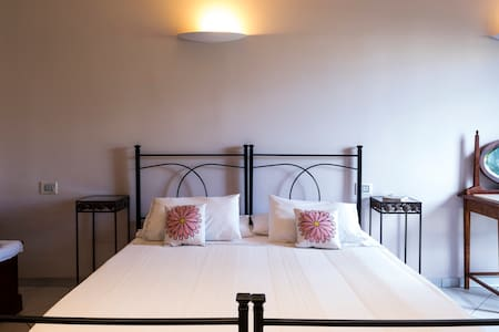 BEDROOM IN B&B WITH PRIVATE GARDEN. - Morrovalle