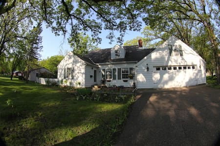 Lovely CapeCod style home with GORG garden space - Saint Cloud - Talo