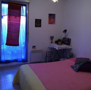 Chambre calme lumineuse donnant sur la terrasse - Lägenhet