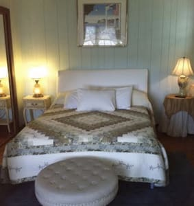 """The Americana Room"" At Twin Magnolia Plantation - Bed & Breakfast"