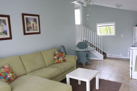 Renovated apts just a 2 minute walk to the beach! - Sarasota
