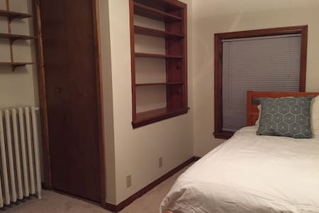 Room with twin bed (no parking) - Saint Clair Shores