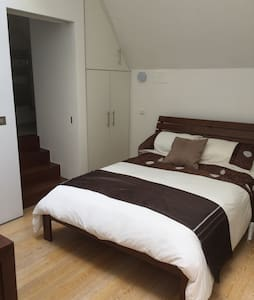 2 private bedrooms with en-suite . - House
