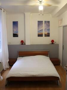 Grande chambre avec salle de bain - Apartment