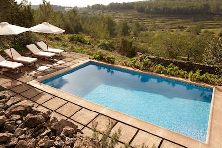 Secluded home w/pool 20m drive from Ibiza centre - Huis