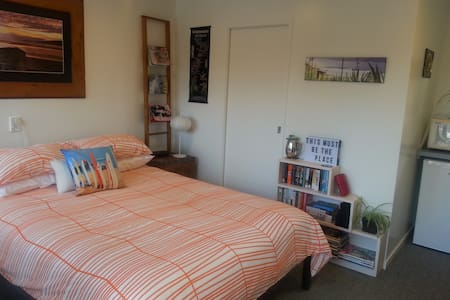 Hibiscus Cottage, studio for 2, close to the beach - Guesthouse