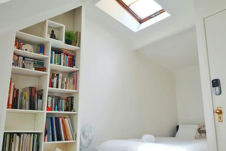 Attic Room - Fig Tree House - Woolloomooloo