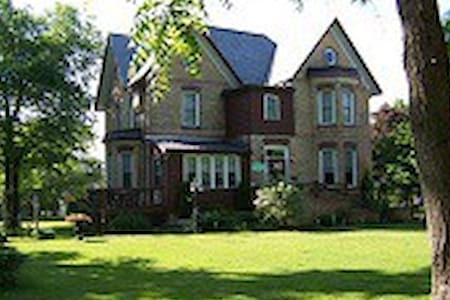 Pemberley House - Chateau Royale Room - Huron East - Bed & Breakfast