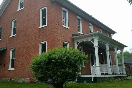 Historic Farm House in the City - Altoona - Hus