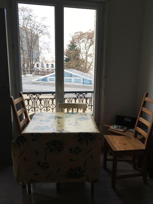 Salon: table à manger avec 4 chaises