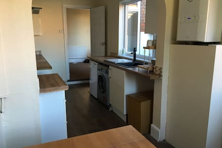 3  double  bedrooms in comfy  private house for 3 - House