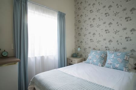 Small and stylish guest room in leafy Newlands - Rumah