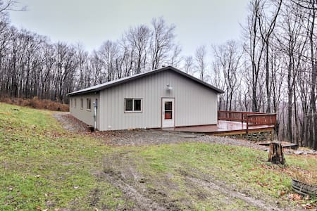 Secluded 2BR Newfield Home on 10 Leafy Acres - Casa