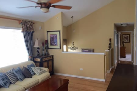 Warm & bright 2 bed-2.5 bath townhome near Chicago - Bridgeview - Casa a schiera