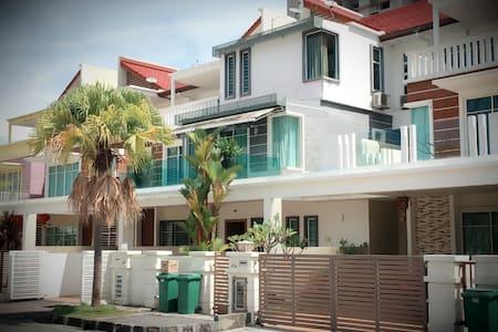 Luxury Holiday Homestay 4bedroom/10pax - (iBook1) - Ház