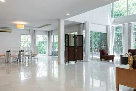 7 BR house,Private pool,shopping mall, vast room - Pak Kret - บ้าน