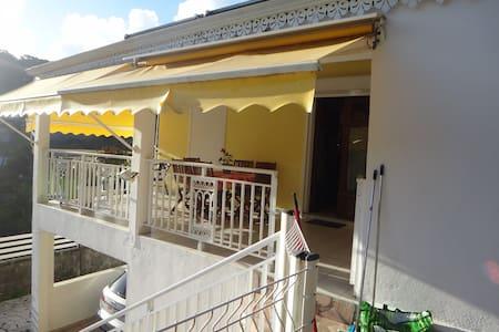 Sympatique petite villa à 15 mn de la plage - Caraque