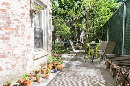 Sunny Brownstone Private Backyard