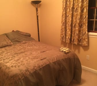 double bed cozy room. - Sewickley