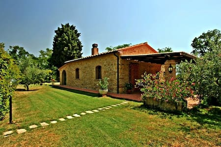 Romantic cottage in Tuscany private pool - Pomarance - Rumah