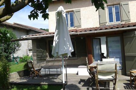 Beynost , maison ancienne à 15 min de lyon - Beynost - Hus