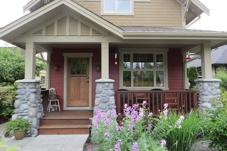 Small Bdrm ~ Charming Downtown Home - Ev