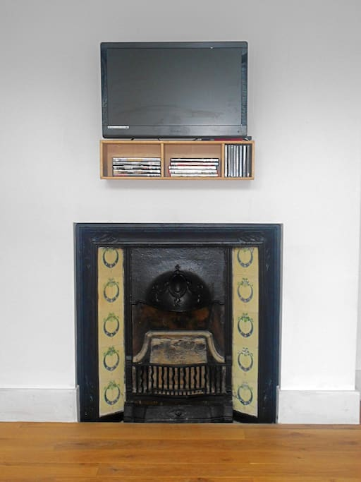 TV/DVD but fireplace is decorative only.