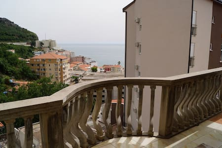 All rooms and apartments have  cable TV and a furnished balcony, some offering sea views. In rooms complete with a refrigerator, the dining area also has an electric kettle and a coffee machine, while the apartments have a kitchen. Fe